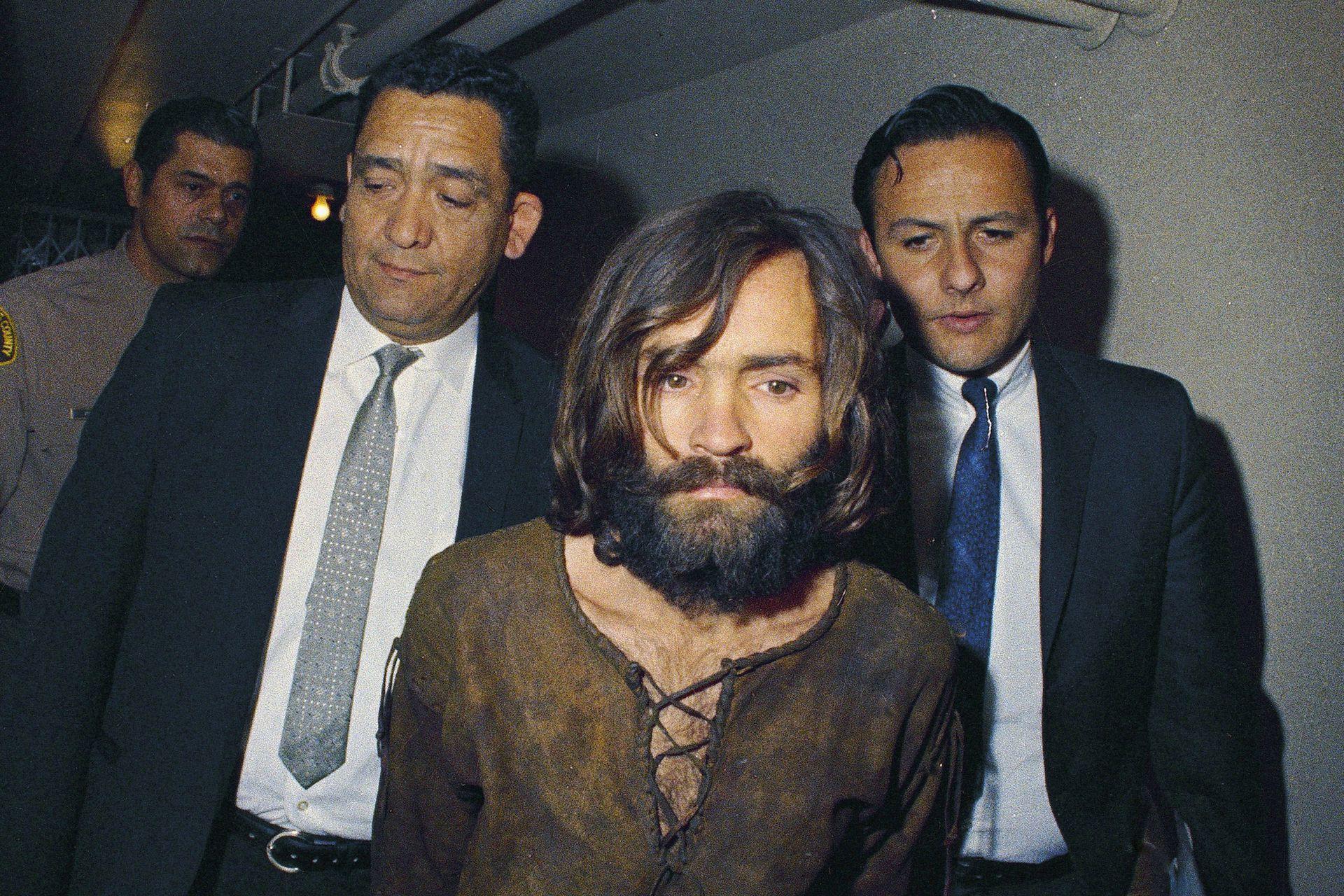Aspirante a estrella de rock, Charles Manson trasciende en cambio como líder mesiánico con asesinatos que derrumban los postulados de la vida en comunidad