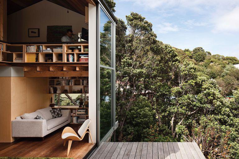 Un casa entre los árboles inspirada en la arquitectura japonesa de posguerra