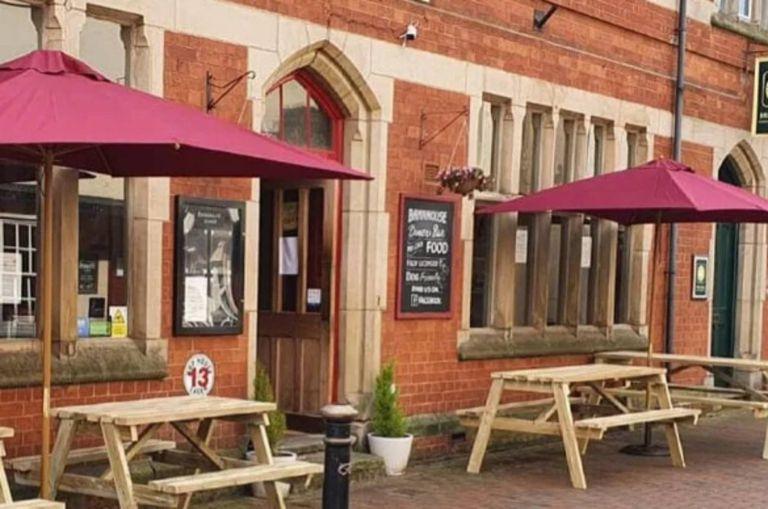 Un café inglés fue duramente criticado en internet y su propietario salió al cruce de su cliente