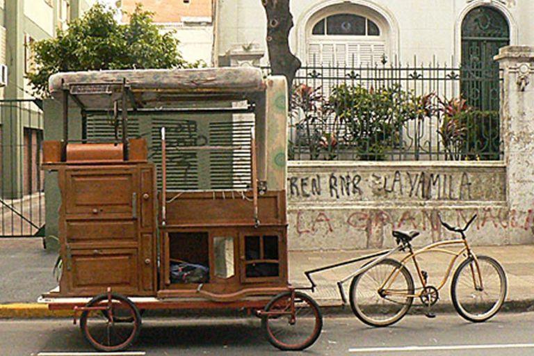 Gallardo construyó su casa rodante con sus viejos muebles, que no entraron en una casa prestada