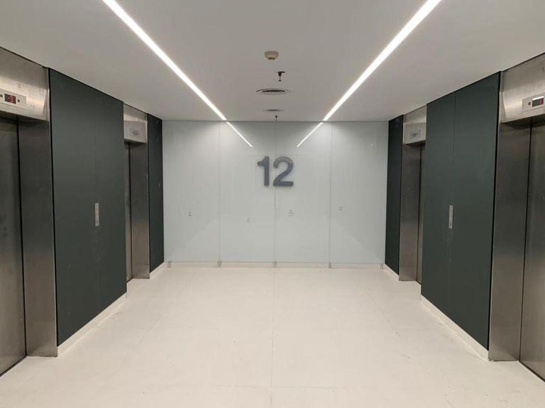 Los accesos a los pisos de oficinas en el Edificio del Banco Santander