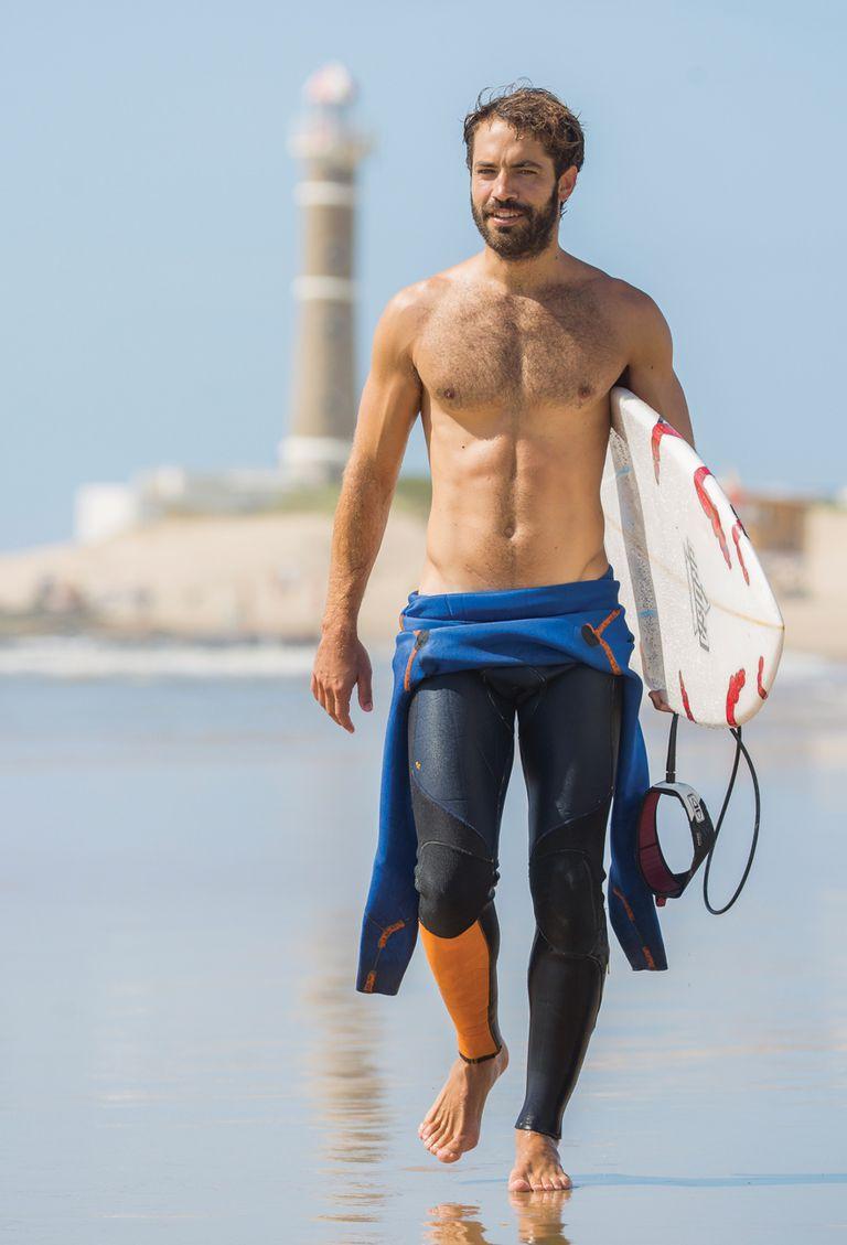 """El galán descansa en Uruguay, adonde llegó en plan familiar el 27 de diciembre. Fanático del surf, su terapia, compartió una mañana de olas con ¡HOLA! """"El surf es un deporte duro, de los más difíciles que hay. Requiere de la concentración del golf y de la precisión y la fuerza del boxeo""""."""