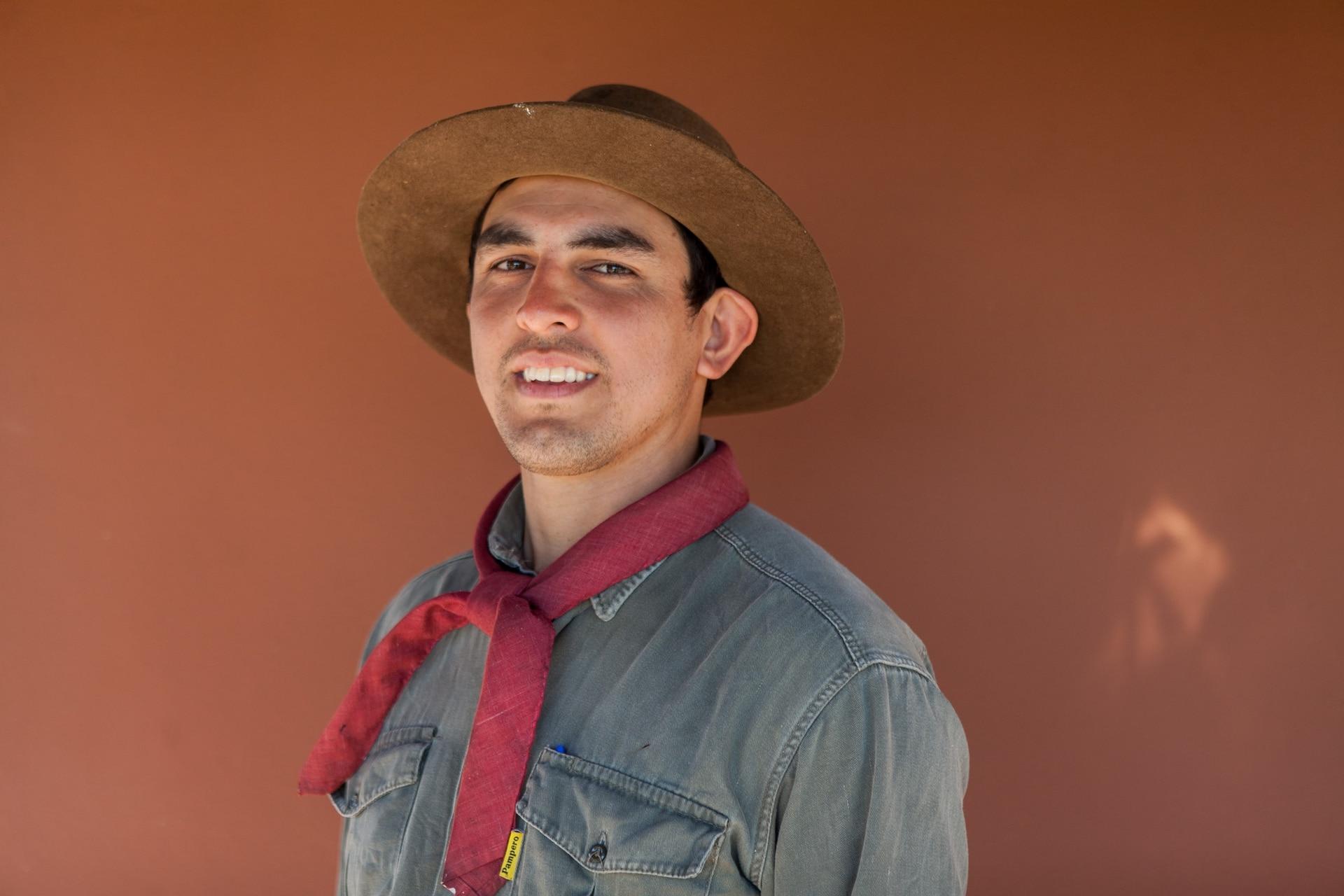Ramón Alfredo Salazar es guía local, trabaja para la Fundación Rewilding Argentina y todos lo conocen como Keneke.