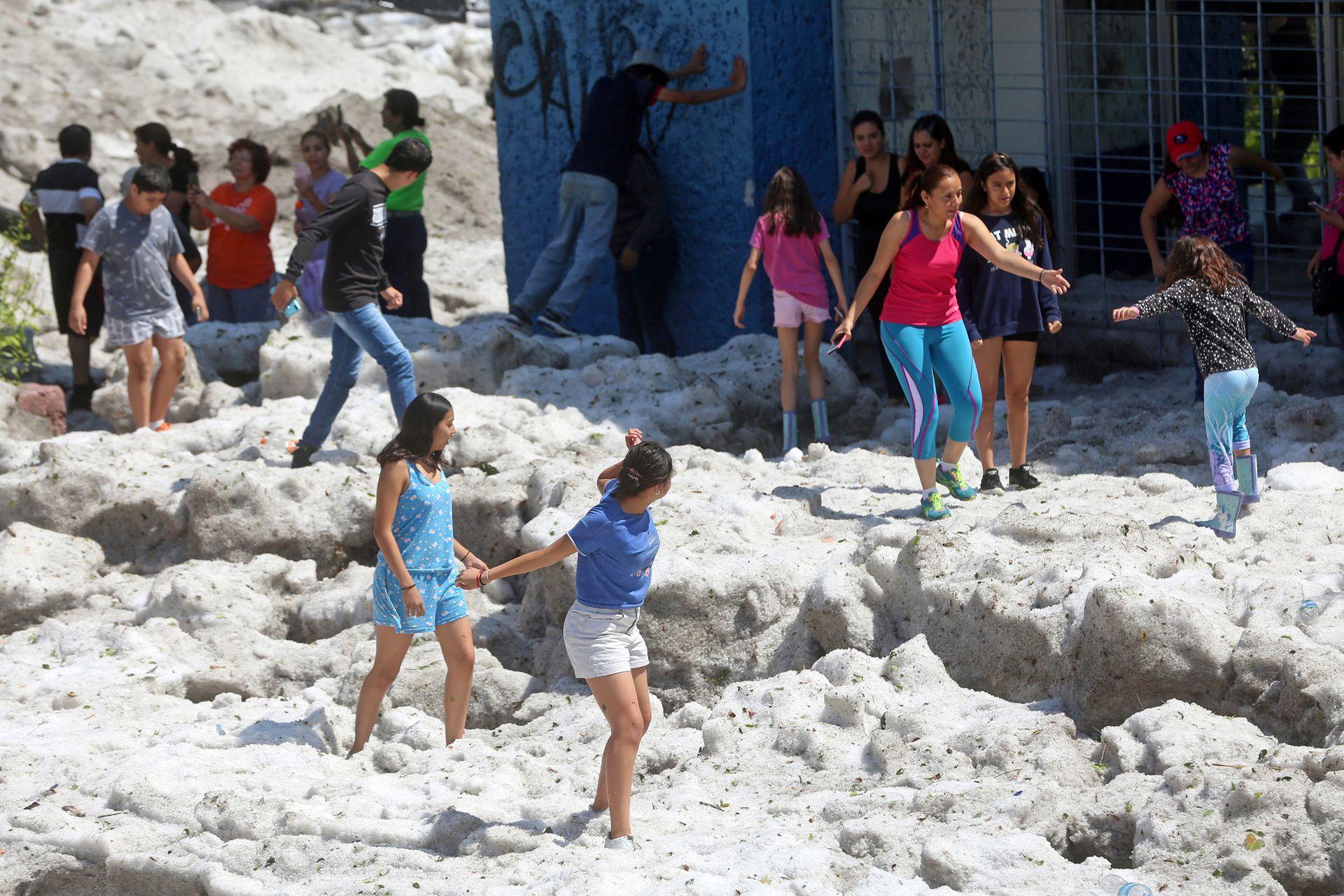 Los niños ajenos a los daños causados por el fenómeno, aprovecharon para jugar en el hielo acumulado