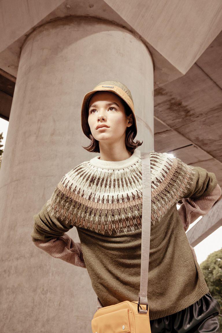 Suéter con diseño escandinavo (Renner), pantalón babucha de cuero (Giesso), piluso impermeable (Perramus), bandolera de nylon (Mishka)