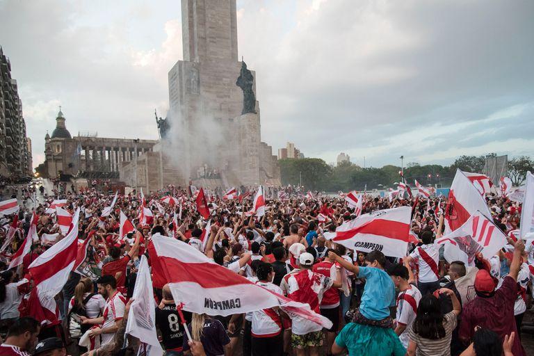 Los hinchas de River en el Monumento a la Bandera en Rosario