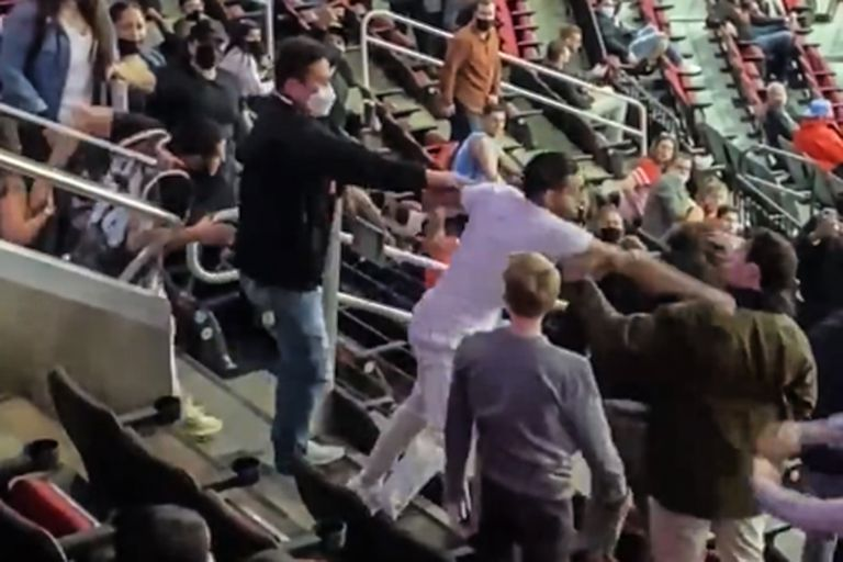 El clásico texano de la NBA tuvo asistencia restringida y muchos golpes en las tribunas