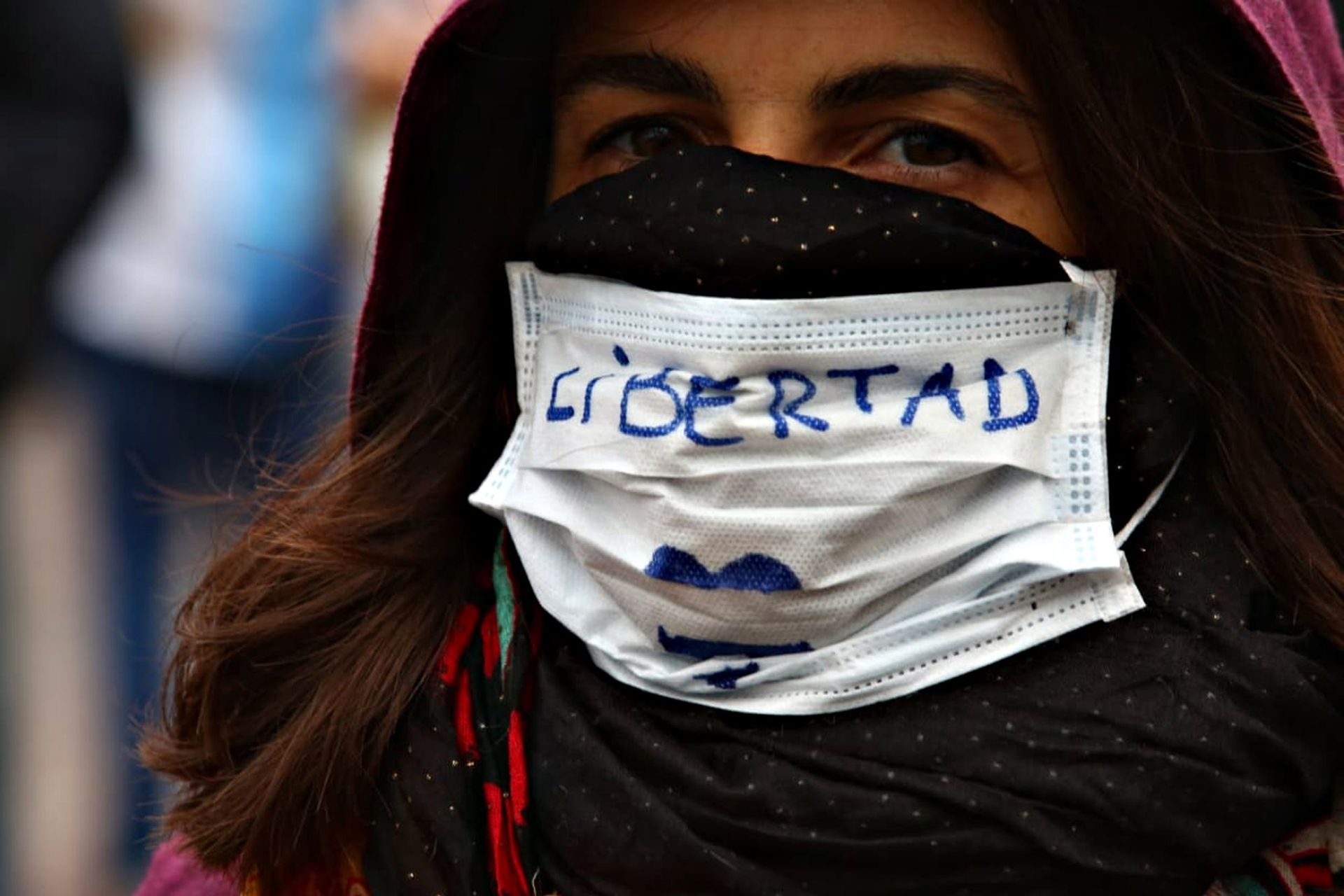 """Los mensajes también se replicaron en los barbijos de los que fueron a la marcha y pedían """"libertad"""""""