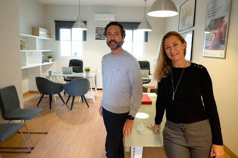 Jimena Gudiño, dueña de una inmobiliaria en Málaga, junto a su marido, Augusto Panichelli; se mudaron a España en diciembre de 2020