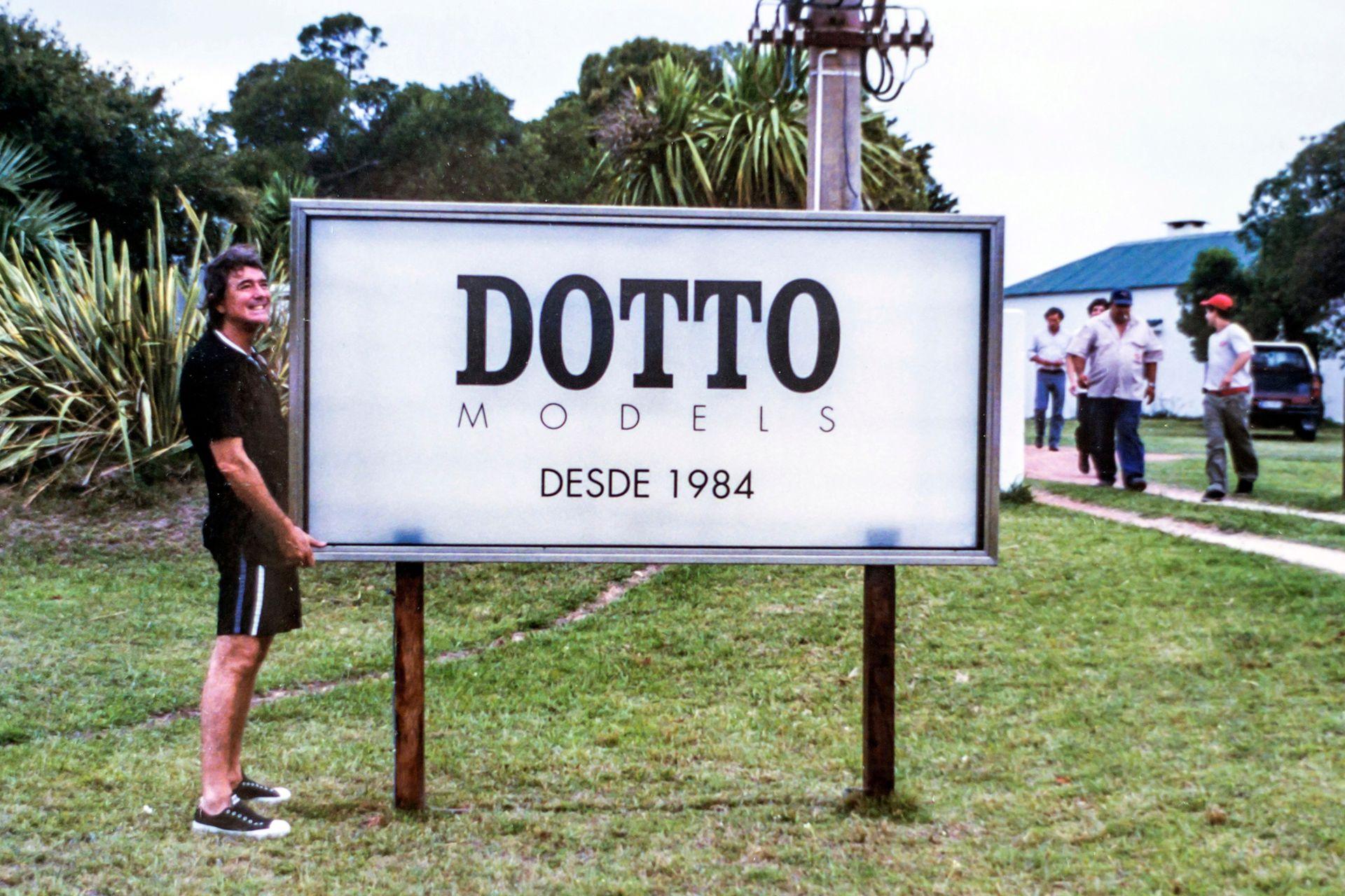 Pancho Dotto con el cartel de la escuela de modelos