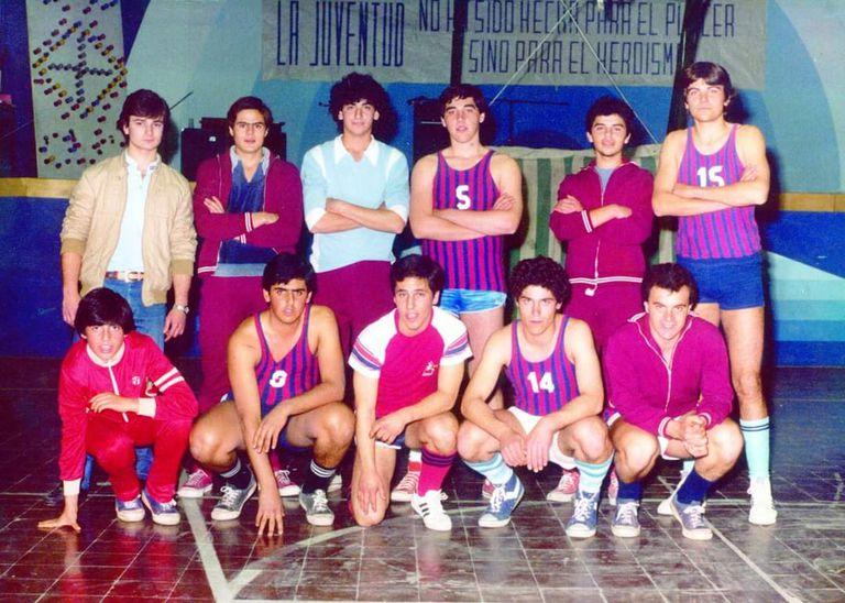 Durante sus años en el secundario, Randazzo se destacó en el equipo de básquet. En la foto, aparece de pie con la remera celeste y muchísimos rulos.