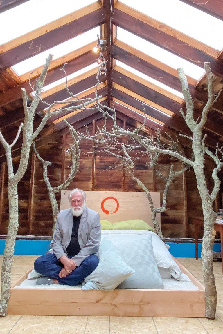 El artista posa en una cama-instalación zen, que diseñó él mismo. Mientras pintaba y se ocupaba de sus heladerías en Nueva York, Cuttica estudió budismo. Hoy, da meditaciones de manera gratuita a través de Internet los jueves por la mañana.