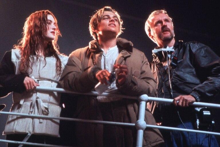 Kate Winslet y Leonardo Di Caprio junto a James Cameron, director de Titanic (1997)