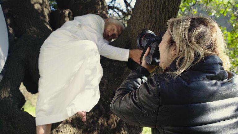 Abuela Margarita retratada por Gaby Herbstein en un encuentro en Chile. Abrazada a un árbol y luego de meditar, la chamana accedió a participar de la serie