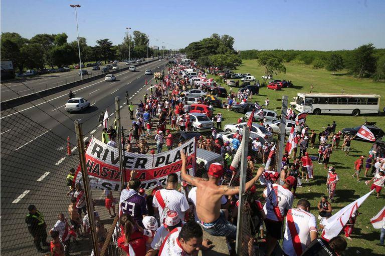 Los hinchas de River aguardan la llegada del equipo en Ezeiza.