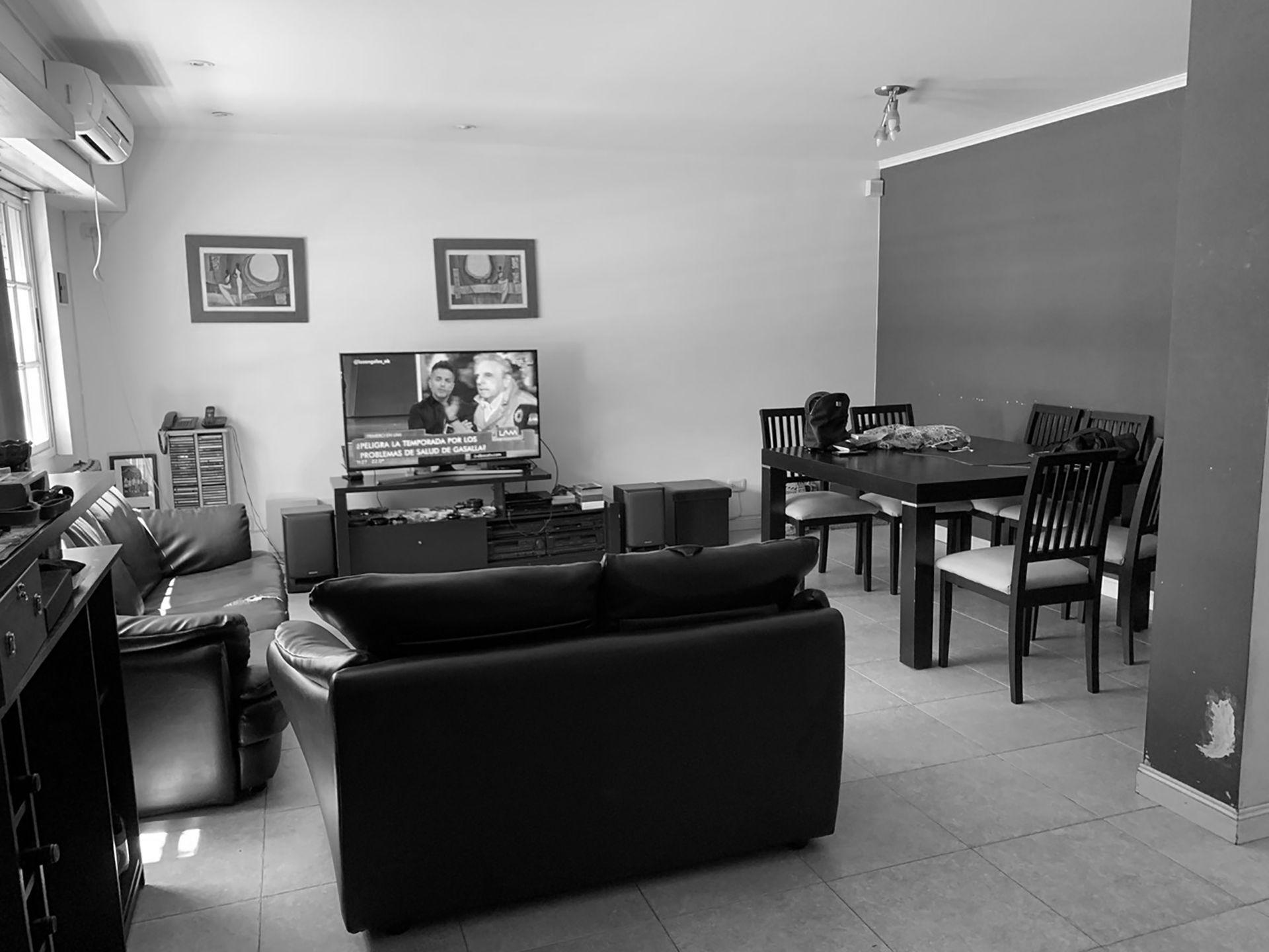 El living tenía muebles pesados y piso con baldosas.