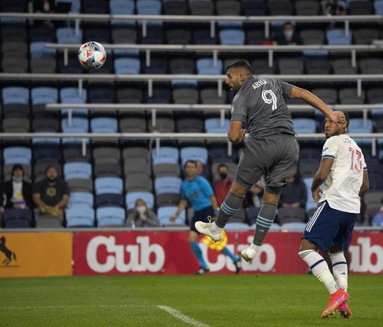El cabezazo de Ramón Ábila irá directo a la red y será el 1-0 definitivo de Minnesota sobre Vancouver, por la MLS.