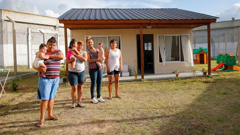 Las cuatro mujeres conviven en una casa dentro del penal, en el marco de una prueba piloto