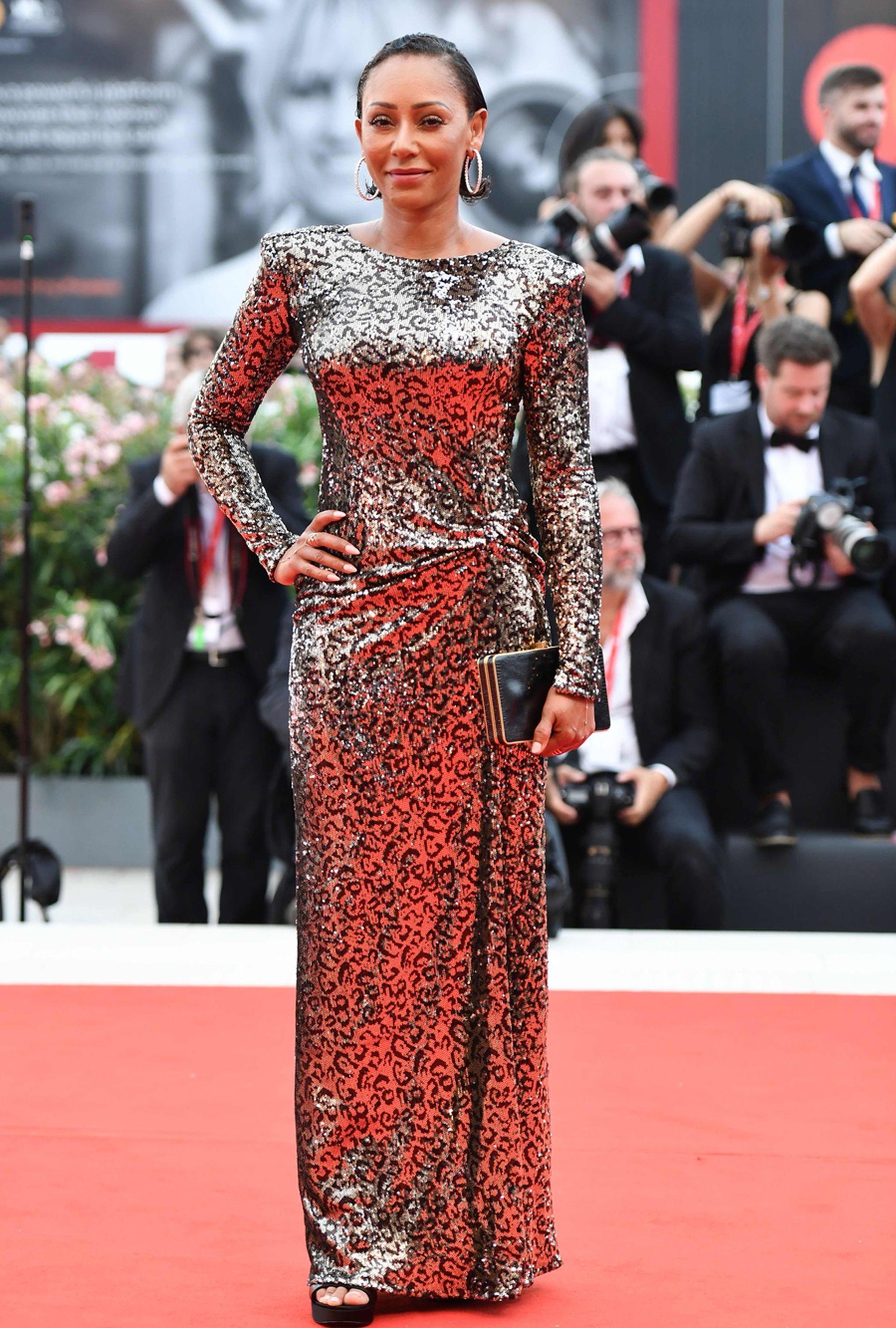 La Spice Girl Mel B también tuvo su lugar en la alfombra roja de la Mostra, y se lució con un vestido de mangas largas con brilloso animal print