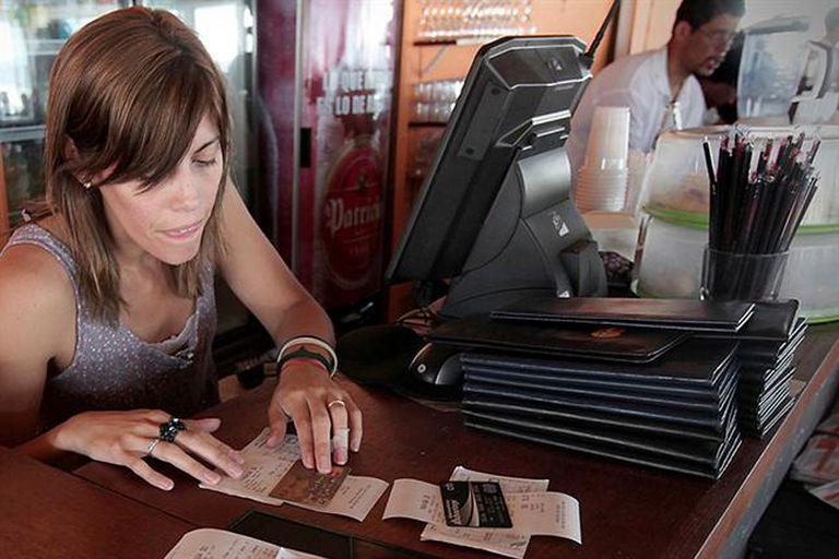 El cepo cambiario obliga a los argentinos a pensar más que medio usar para pagar.