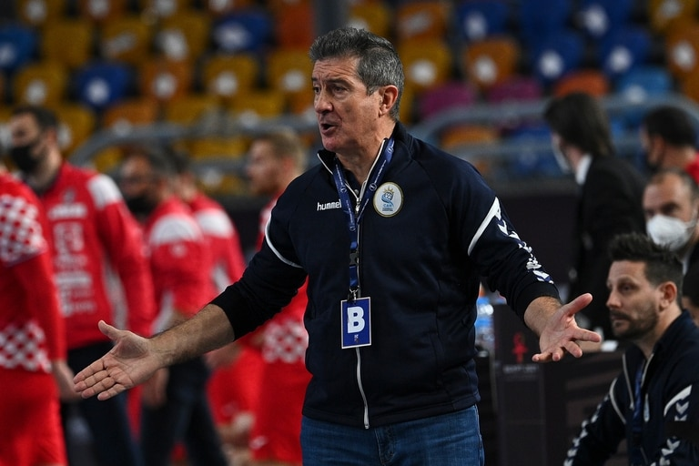 """""""Qatar está, a priori, por encima de nosotros"""", admitió Manolo Cadenas, el entrenador español de la Argentina; la clasificación quedó cerca pero lejos está de ser segura."""