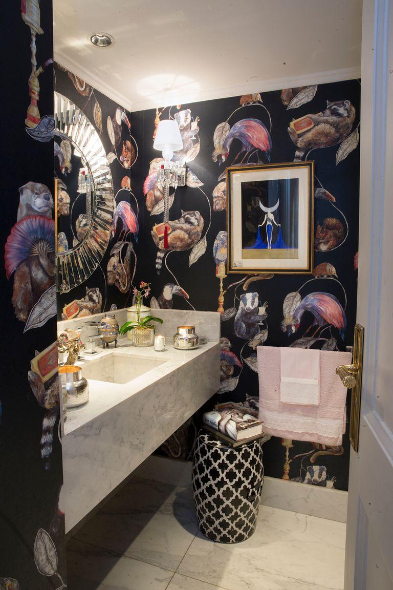 En el toilette, una obra art déco del artista ruso nacionalizado francés Erté habla de la pasión que la dueña de casa tiene por el arte en general