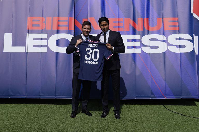 Lionel Messi y el presidente del PSG Nasser Al-Khelaifi muestran la camiseta de Messi en una conferencia de prensa a su llegada, el 11 de agosto, en el estadio Parc des Princes
