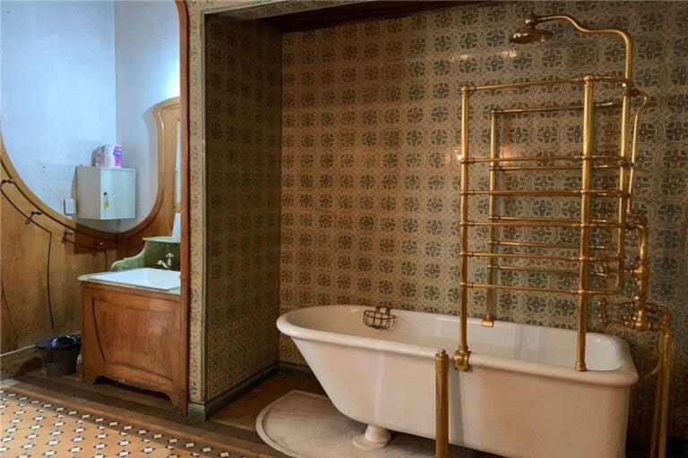 Uno de los tres baños de la propiedad situada en Avenida Belgrano 2800