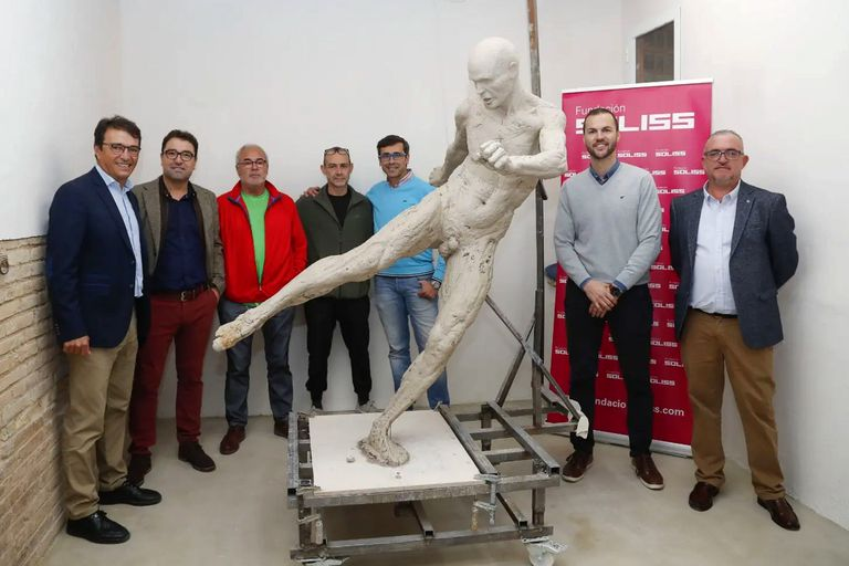 Una estatua de Andrés Iniesta desnudo revolucionó las redes con ocurrentes memes