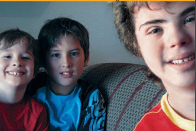 """Selfie de hermanos: los tres cedieron su foto para la tapa del libro """"Los hermanos de personas con discapacidad: una asignatura pendiente"""", auspiciado por Fundación Telefónica y Asociación AMAR"""