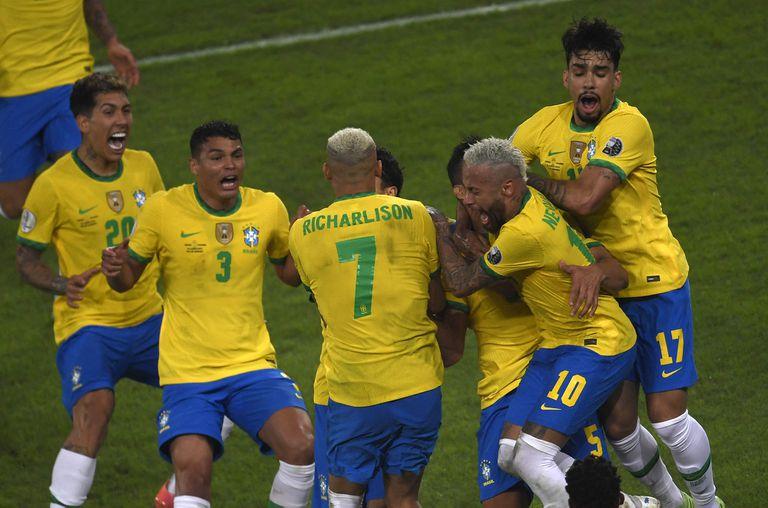 Brasil estiró su paso impecable en la Copa América con un agónico 2-1 sobre Colombia, que incluyó una decisión discutida del árbitro argentino Pitana