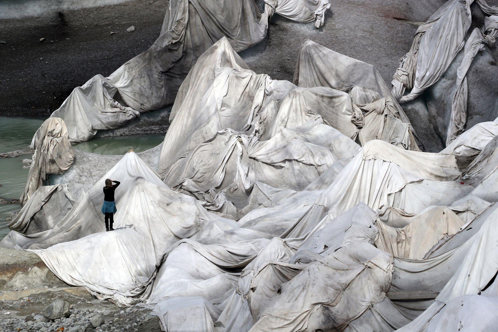 La Cueva de Hielo, visto por fuera y cubierta con material para evitar que el hielo se derrita, en el Glaciar Rhone.