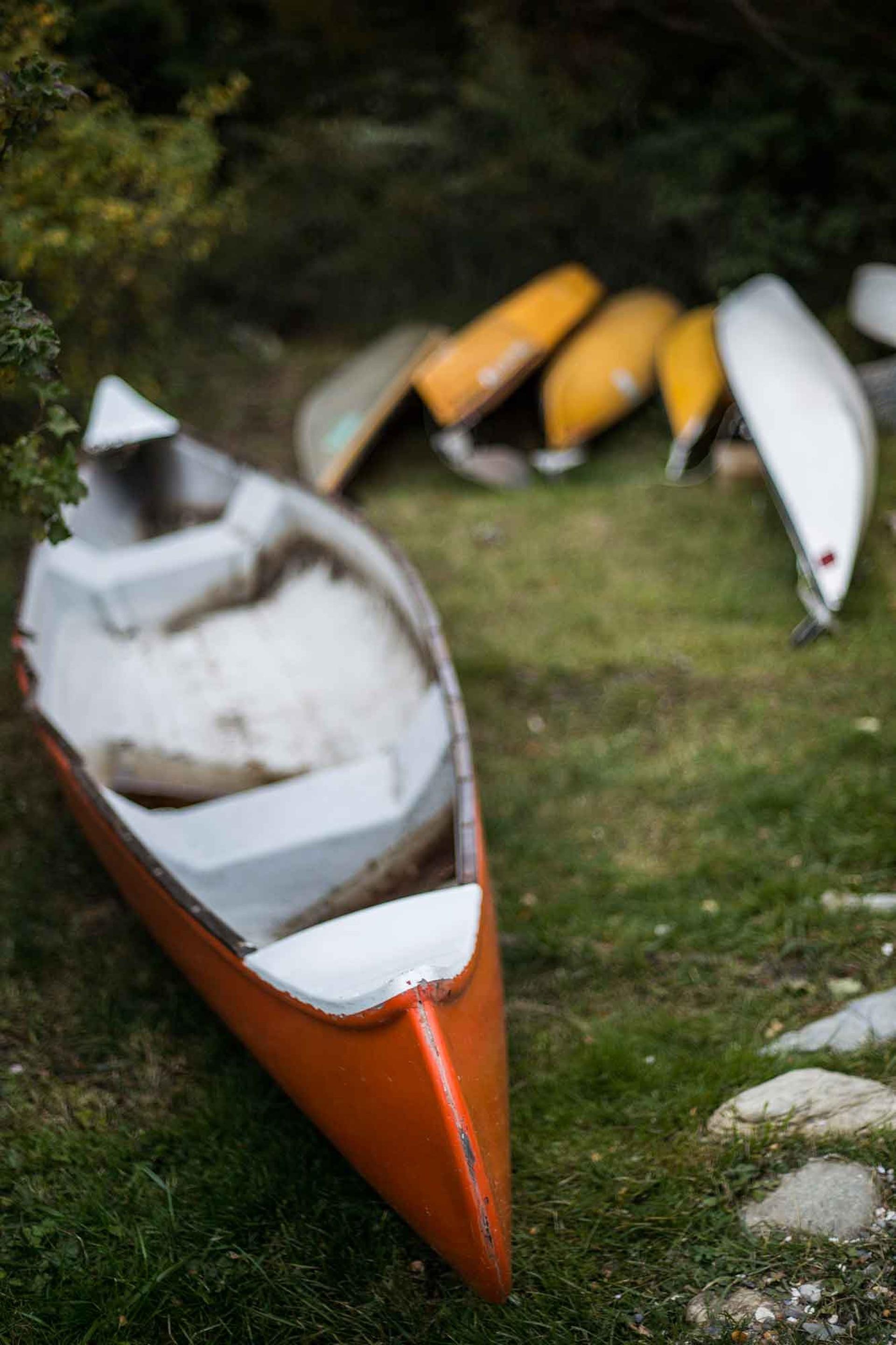 Kayaks a disposición de los clientes en el restaurante La sirena y el capitán en Puerto Almanza.