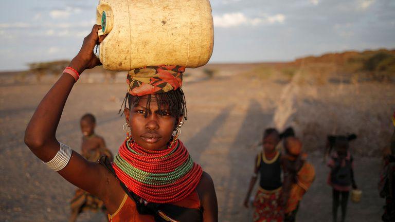 Una mujer busca agua en Kenia