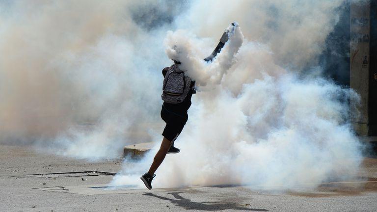 Venezuela llegó a los 100 días de protestas, con un saldo de casi un muerto por día; por la presión el gobierno de Maduro tuvo que darle la posibilidad de prisión domiciliaria a Leopoldo López
