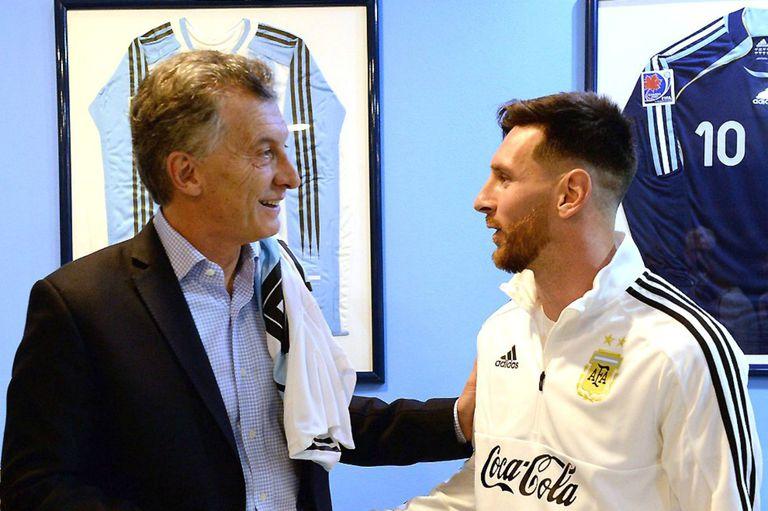 Mauricio Macri, junto a Messi, en 2018