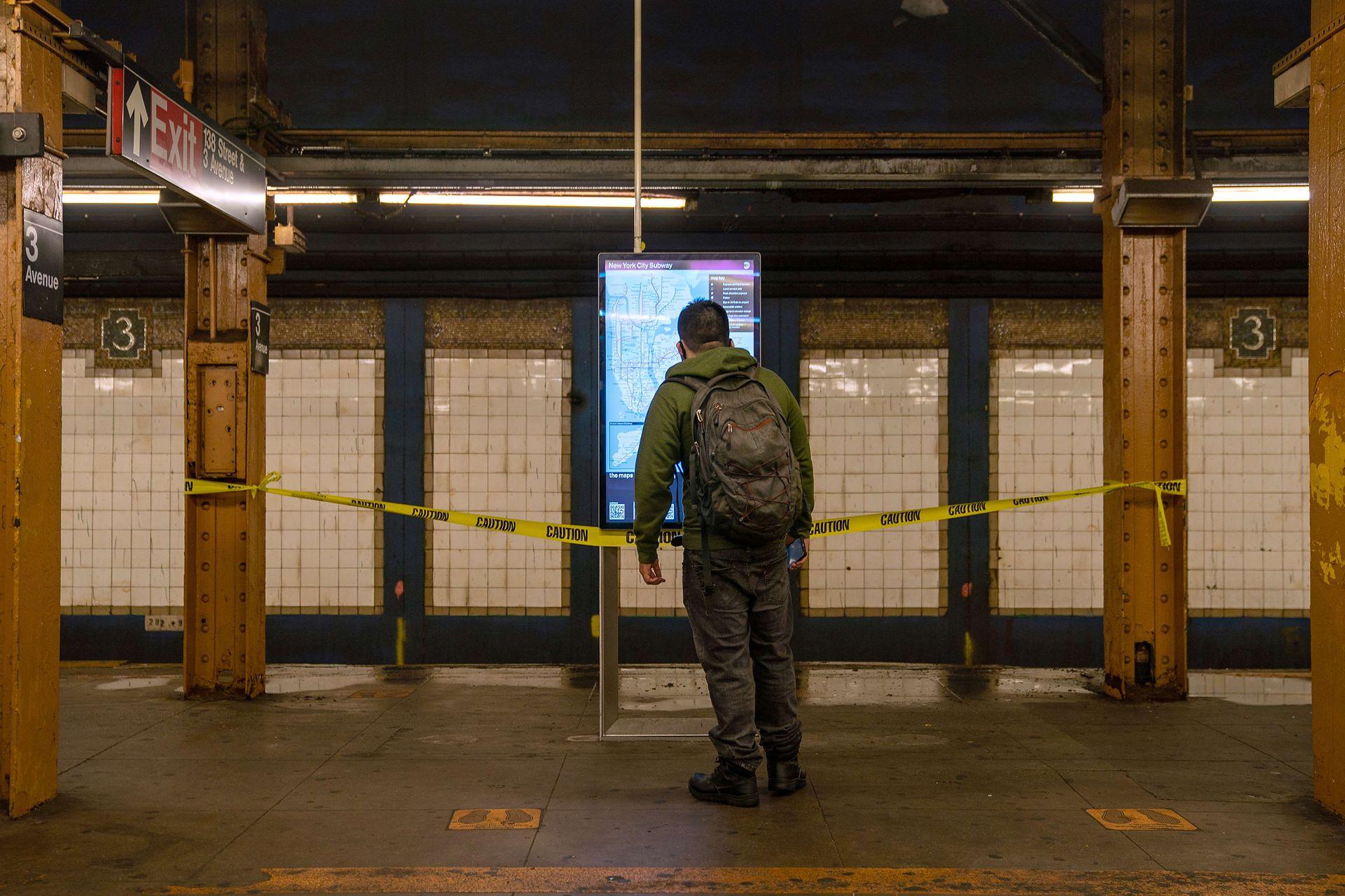 Un hombre llega a una estación de subte y se encuenttra con que el servicio aún sigue interrumpido