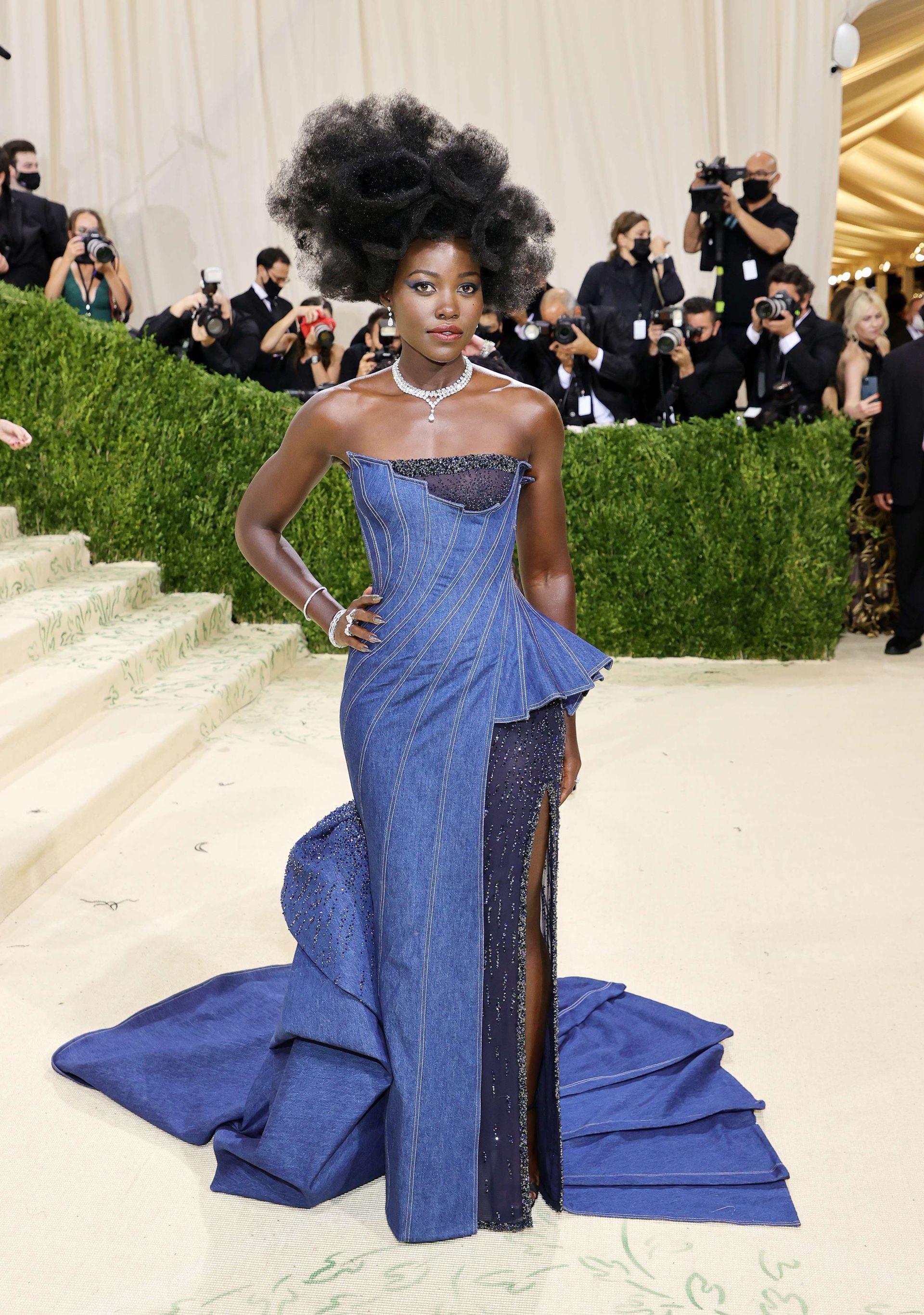 Atelier Versace diseñó un vestido de jean de alta costura con cola plisada y detalles de cristal para Lupita Nyong'o, que realzó su cuello con diamantes De Beers