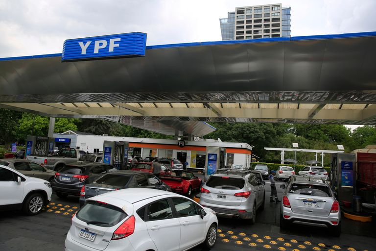 Aumento de nafta: comienza a regir una actualización en el impuesto a los combustibles y las refinadoras lo trasladarían al surtidor; se sumaría así al alza de 2,9% que hubo hace 10 días