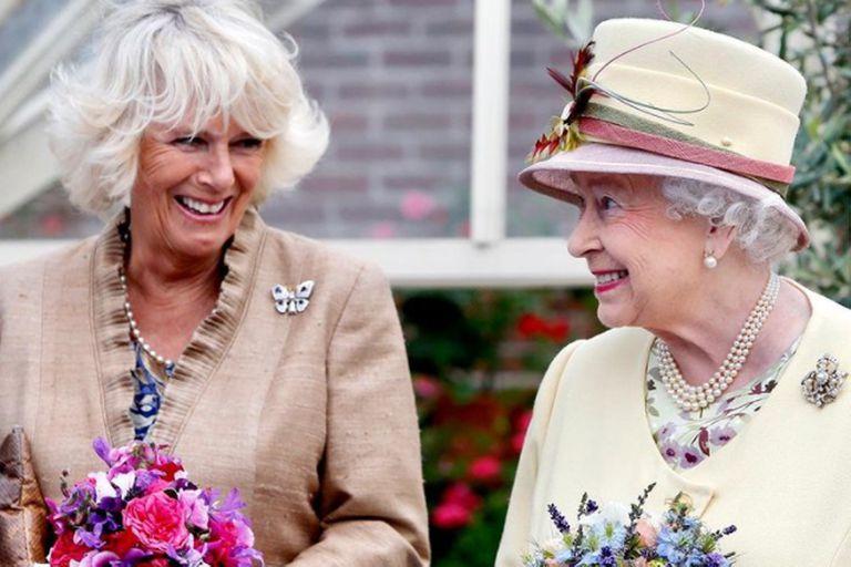 La reina Isabel II y su nuera, Camilla de Cornualles, sonrientes después de 35 años sin mostrarse juntas