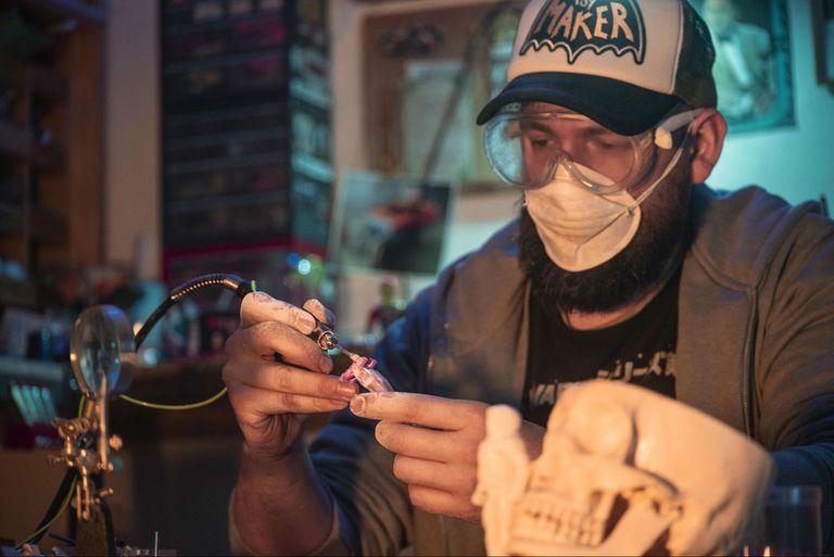 Toy makers: fabrican sus propios juguetes y los transforman en arte