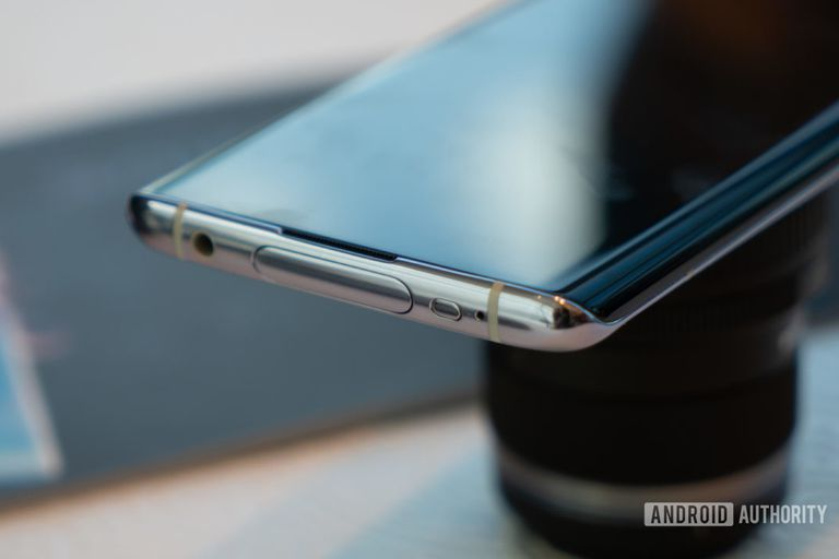 """La pantalla tiene un diseño de tipo """"cascada"""", en el que se curva hacia los laterales del teléfono"""