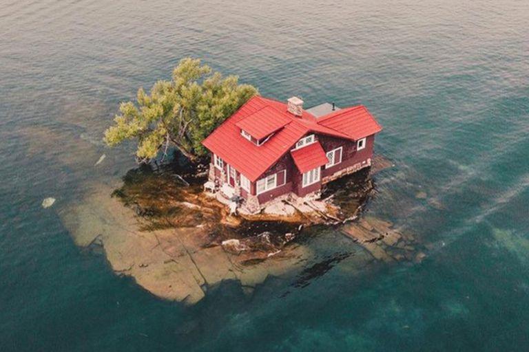 La casa fue construida sobre la isla habitada más pequeña el mundo y esta condición le valió un lugar en el libro de récords Guinness