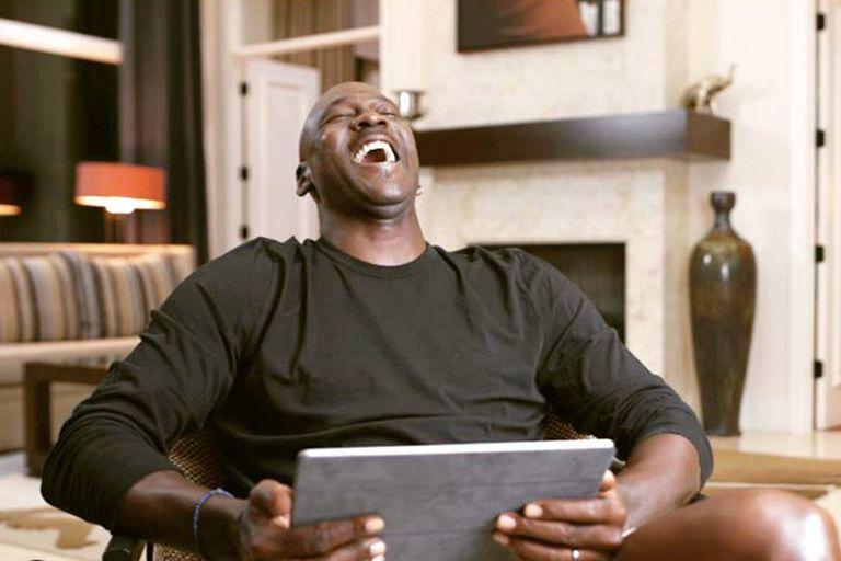 """Jordan se ríe con ganas, en una de las tres entrevistas que le dio al director de """"The Last Dance"""""""