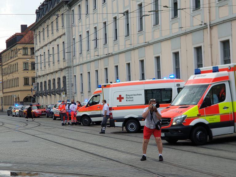 Ambulancias vistas cerca del lugar, donde varias personas murieron y otras personas resultaron heridas en un ataque con cuchillo en el centro de Wurzburgo el viernes