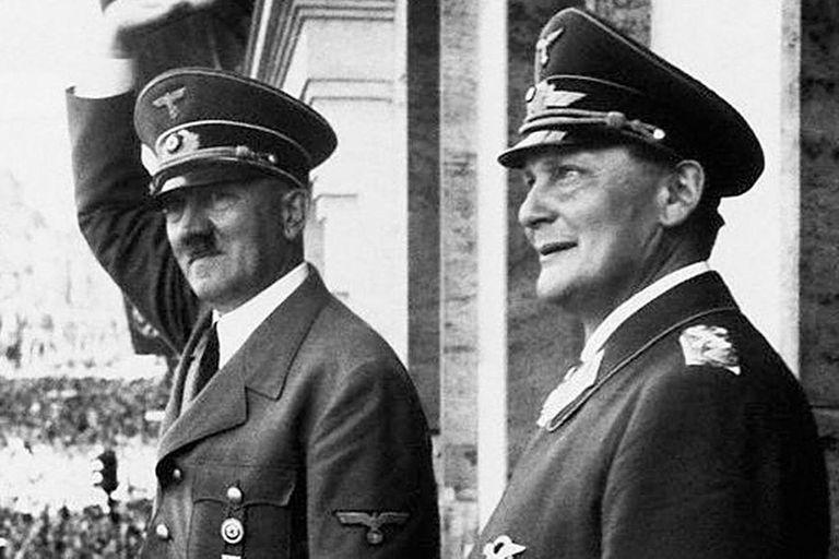 Adolf Hitler y Hermann Göring, el primero en la línea de sucesión del poder nazi