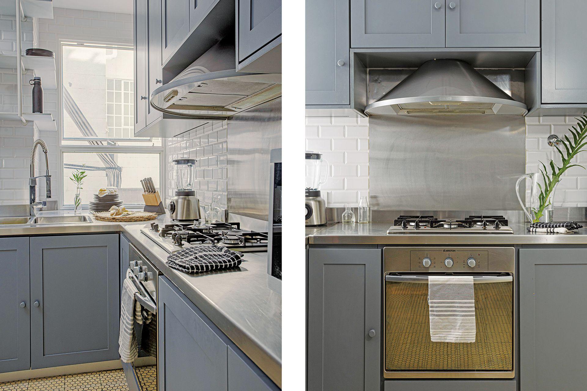 Cálida y funcional, la cocina tiene muebles a medida laqueados en azul grisáceo; mesada, alzada y campana de acero inoxidable; grifería extensible Robinet y azulejos 'Subway'.