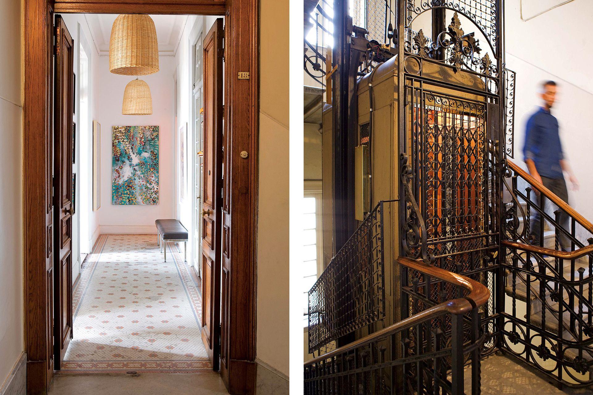 En el hall de entrada y distribución, con piso de mosaicos y puertas originales, lámparas de mimbre, banqueta vintage y obra de Ginette Reynal.