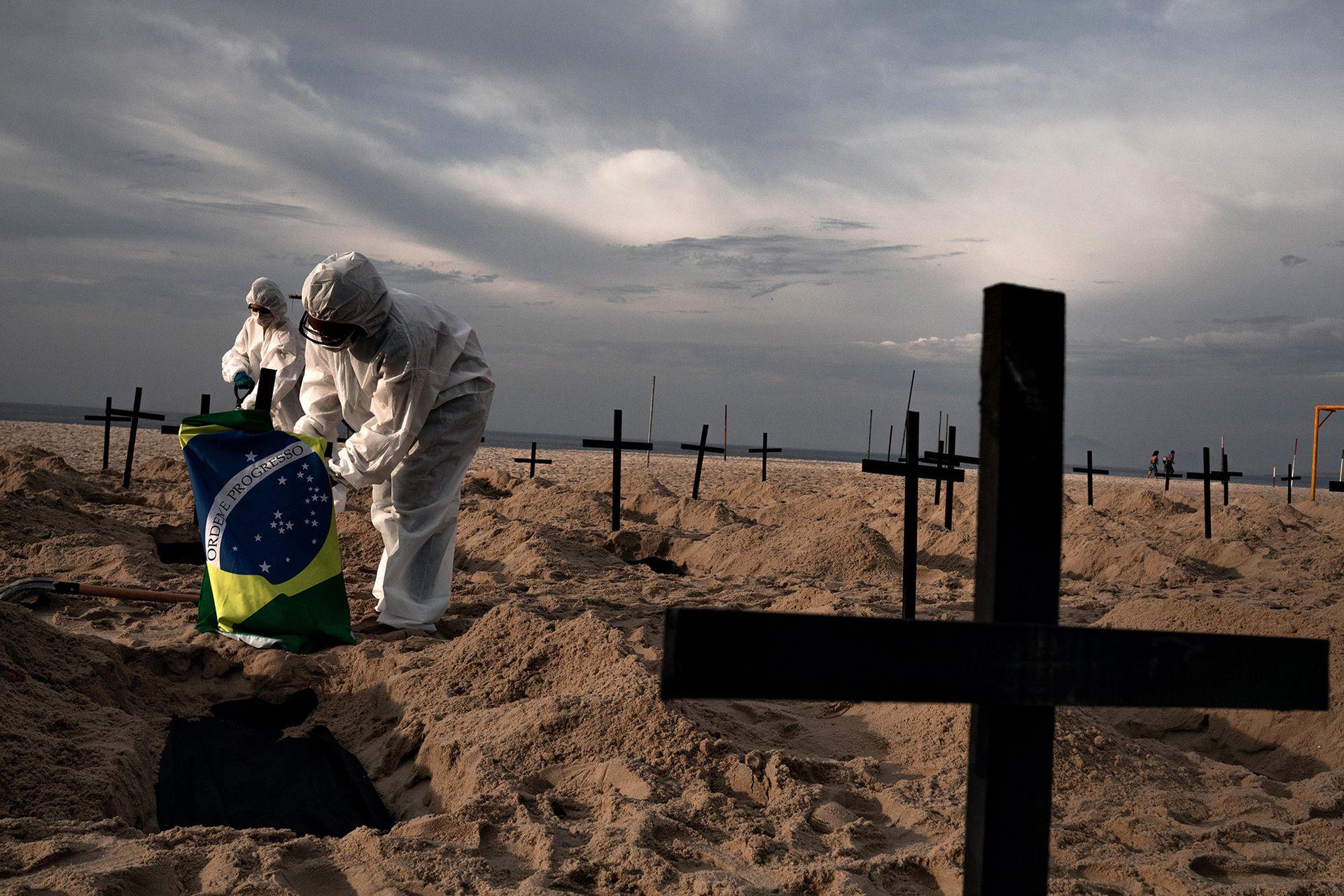 El efecto visual recuerda a imágenes de cementerios en muchas ciudades de este país, donde se están cavando tumbas apresuradamente debido a la pandemia