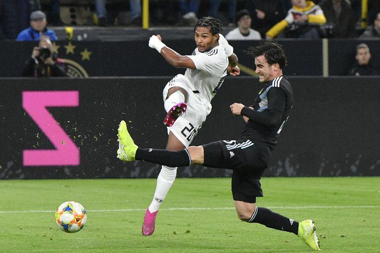 Tagliafico no alcanza a cerrar y Gnabry abre la cuenta en Dortmund: el 1-0 para Alemania